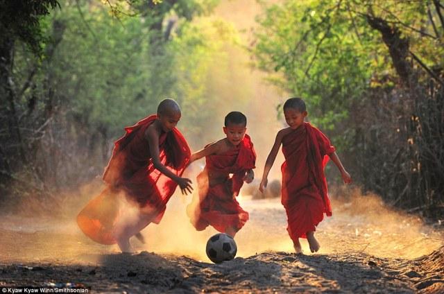 Piccoli monaci giocano a calcio (da dailymail.co.uk)