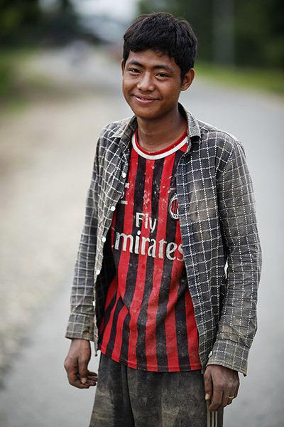 Ragazzo birmano in maglietta rossonera (da thefootbalists.com)