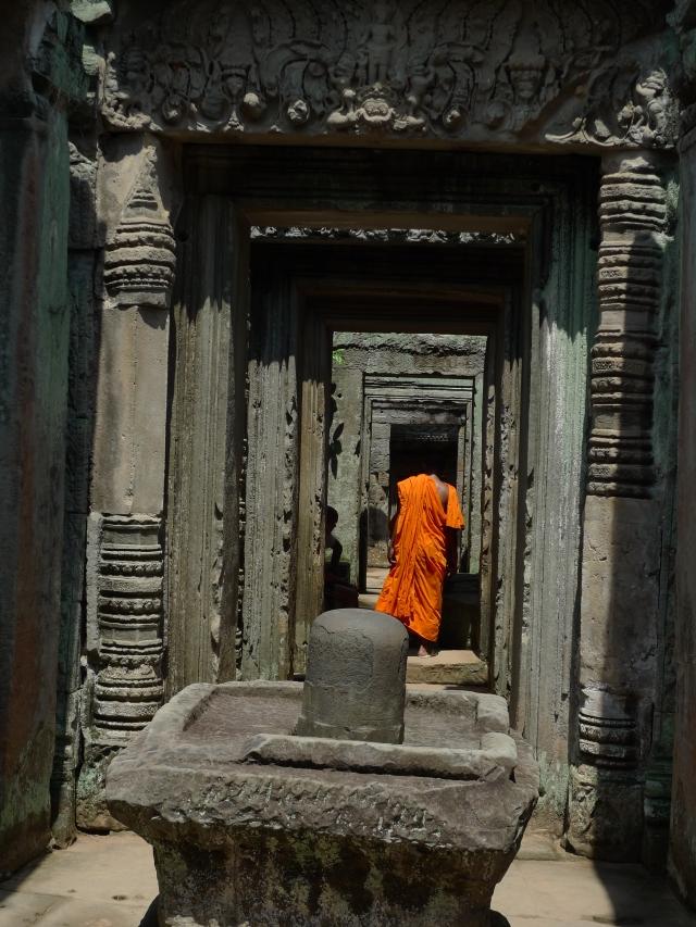 Monaco buddista in visita ad Angkor (Cambogia)