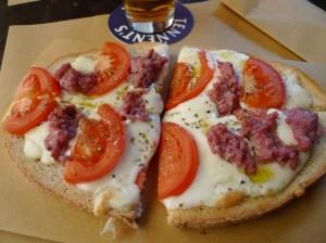 Crostone con pomodoro, mozzarella e salsiccia (Pub Vecchia Praga, Pistoia)