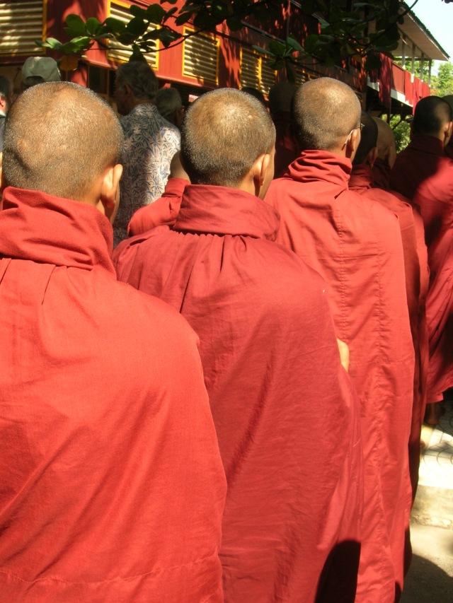 Monaci in fila per il pasto comunitario presso Mandalay (vikinga