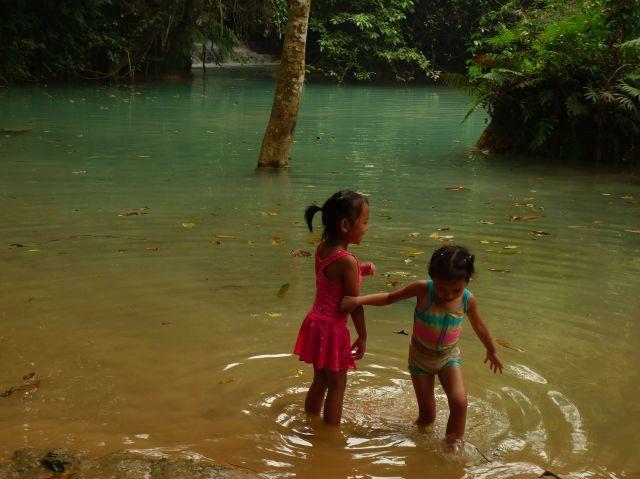 Zanzare laotiane fanno il bagno nelle cascate