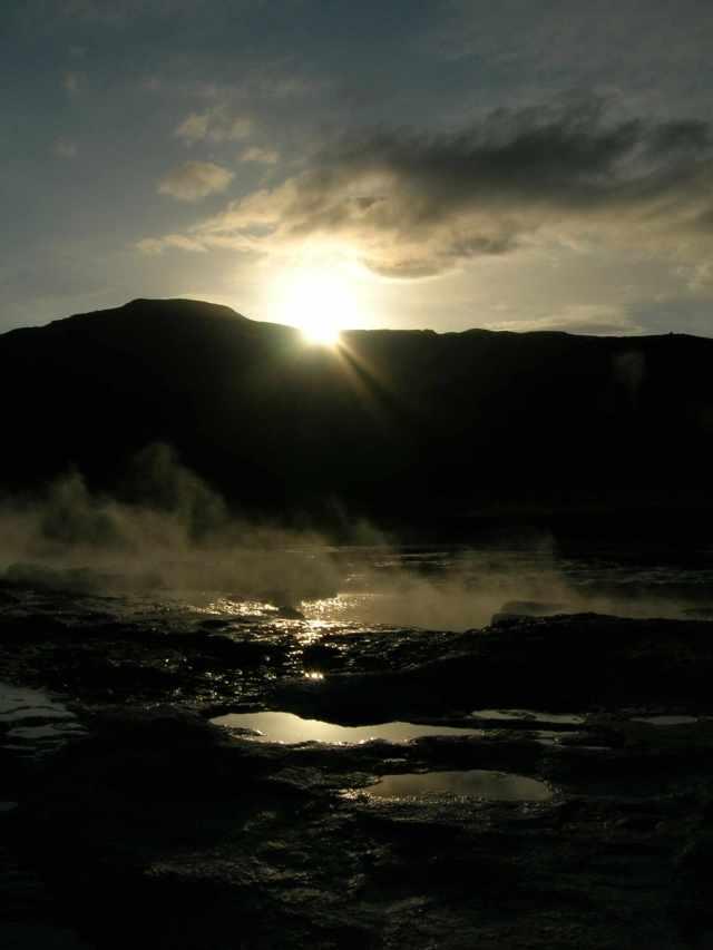 Geyser islandese al tramonto (vikingandre.com)