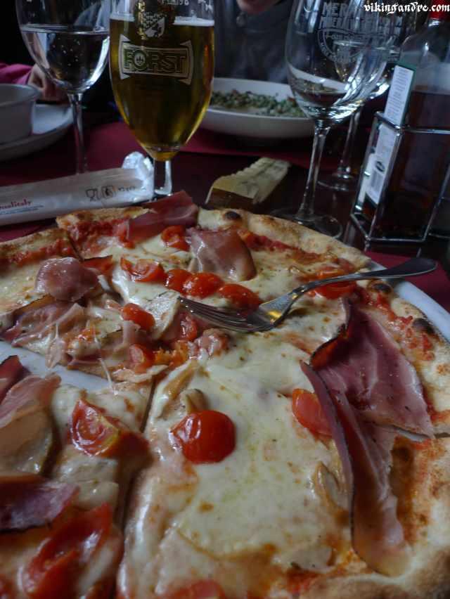 Pizza con pomodorini freschi, funghi e l'immancabile speck (vikingandre.com)