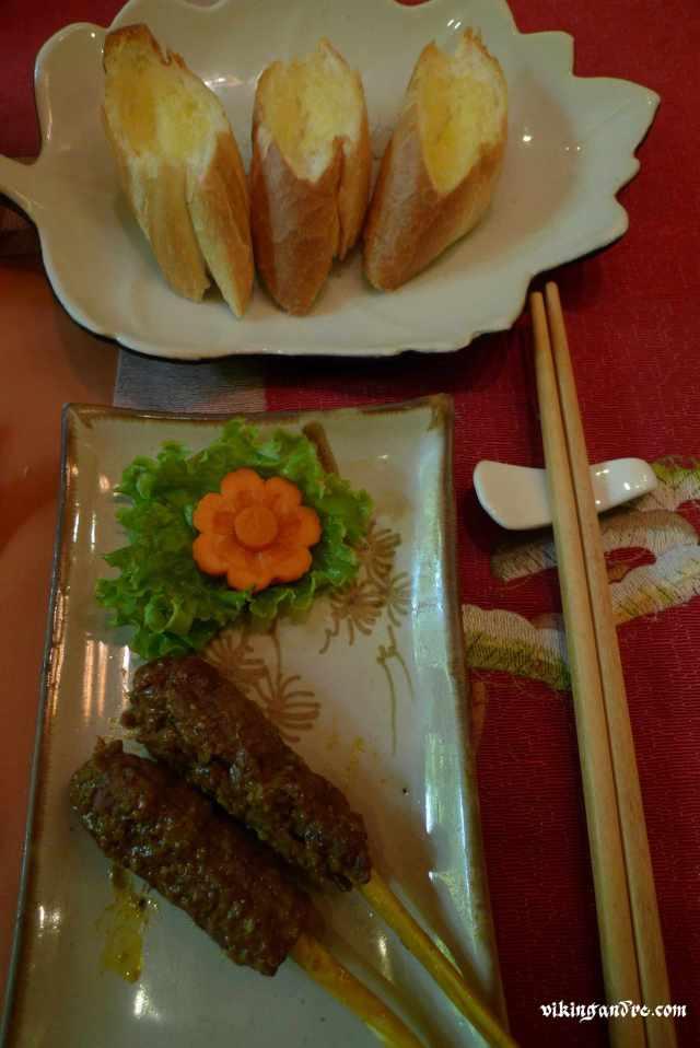 Baguette al burro e kebab di carne su bastoncino di lemongrass (vikingandre.com)