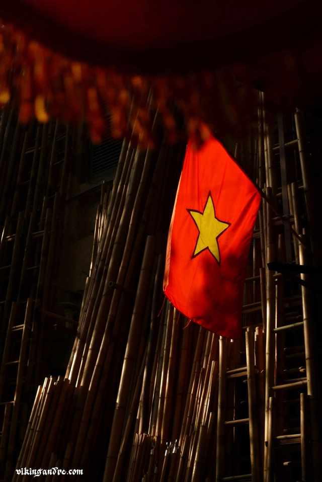 La bandiera vietnamita: una stella gialla a cinque punte su sfondo rosso (vikingandre.com)