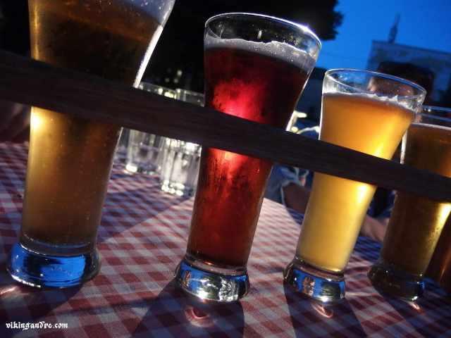 Selezione di birre lettoni gustate all'aperto in una sera d'estate a Riga.... mmmmh ! (vikingandre.com)