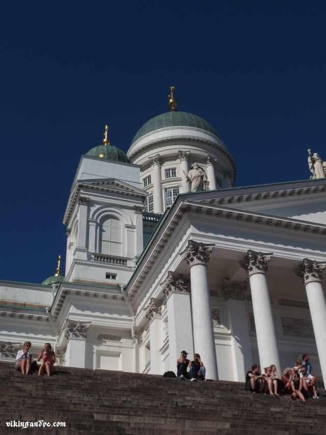 Gli abitanti di Helsinki amano prendere il sole seduti sui gradini del loro duomo (vikingandre.com)