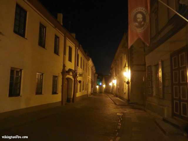 Le stradine di Vilnius by night (vikingandre.com)